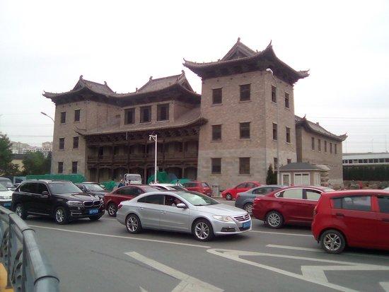 Qingdao, China: 地铁大厦駅前(古建築物を移築した模様)