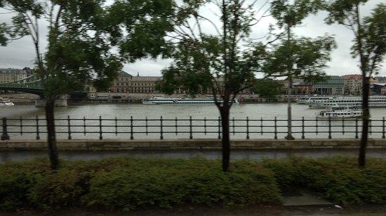 Budapeste Tur: Passando pelas margens do Rio Danúbio - lado Buda.
