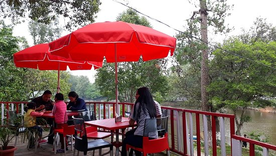 Bamboo Hut Lake Cafe : outside under umbrella