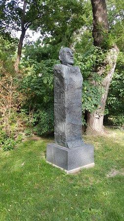 Adolf Schärf Monument: Adolf Scharf bust in Vienna