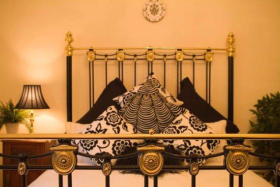 Port Willunga Cottages: Evelyn Homestead black and white bedroom