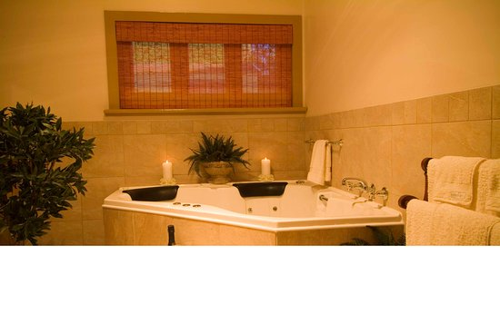 Port Willunga Cottages: Evelyn Homestead at Willunga bathroom with spa
