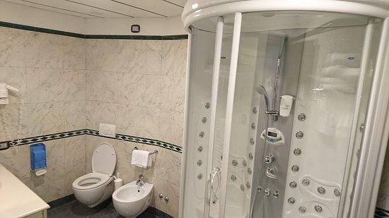 Palace Hotel: Doccia multifunzione con doppia seduta (camera tripla)