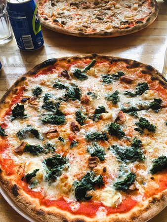 L'Aperipizza: Pizza with spinach and strong smoked cheese