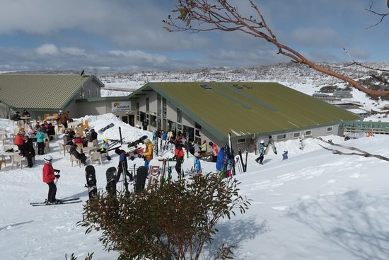 Perisher Valley, Australia: Popular lunch spot. Ski-in and ski-out location.