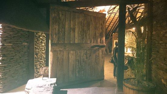 Okapuka Ranch: Beeindruckende Eingangstür