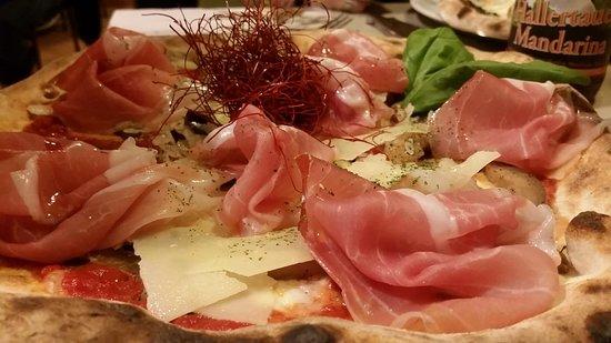 Il Papero Nero Pizza Bistrot: pizza parmigiana (il nido è di peperoncino croccante) con aggiunta di crudo di parma