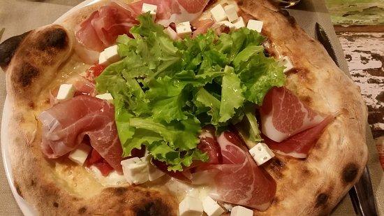 Il Papero Nero Pizza Bistrot: mozz. di bufala campana,speck di sauris,primo sale, pelati s. Marzano, lattughino, olio di noce