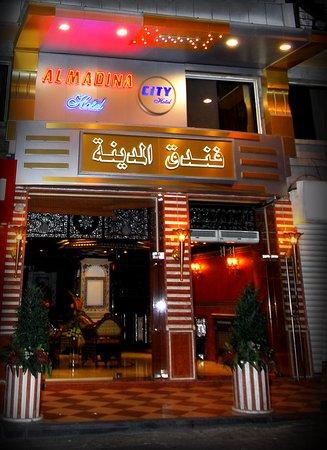 Al-Madinah City Hotel: hotel at night
