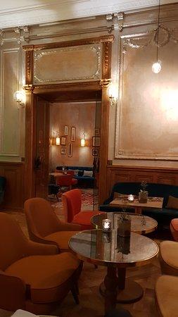 Fiskebar: La salle du bar, annexe éventuelle de la salle de restaurant toujours bondée