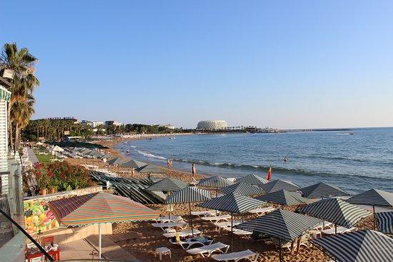 Aska Just In Beach : Вид с балкона ресторана на пляж