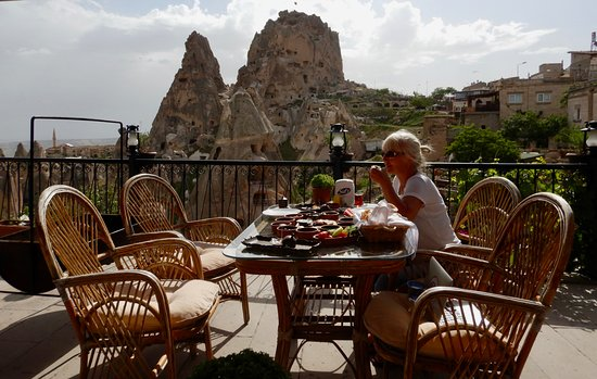 Hermes Cave Hotel : Breakfast terrace with AMAZING views