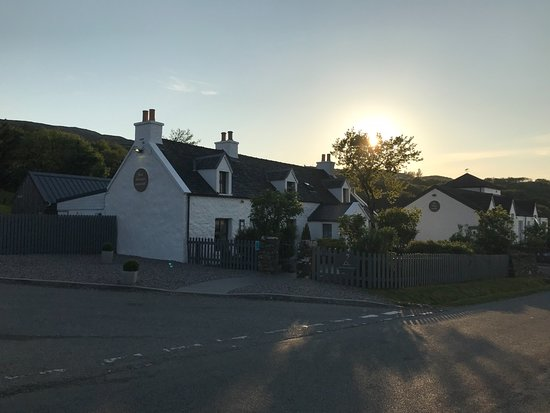 Colbost, UK: The Inn at night
