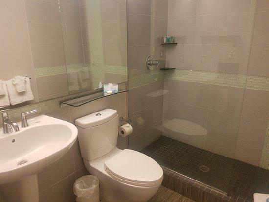 Bentley's Boutique Hotel, BW Premier Collection: Bathroom has upgrade fixtures