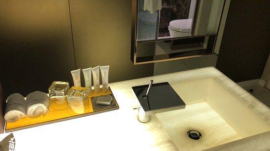 Naumi Hotel Singapore: Room - Bathroom Sink