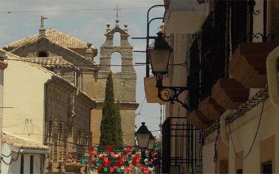 Huete, Spain: Calle Juan Carlos I. Al fondo, Iglesia de Santo Domingo