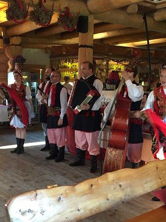 Karczma Skansen Smakow: Singers and dancers