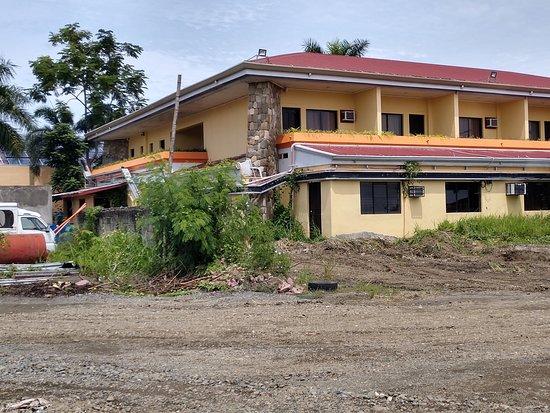 โรงแรมอีออน เซ็นเท็นเนียล พลาซ่า: Old poorly maintained building of the executive rooms.