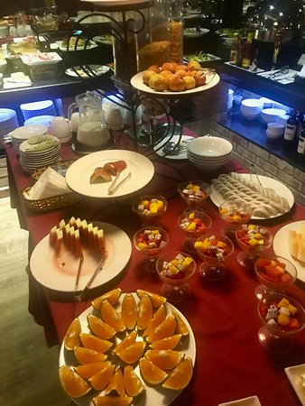 Essence Palace Hotel & Spa: Part of the extensive bfast buffet - alacarte eggs, pancakes and Pho also available - best break