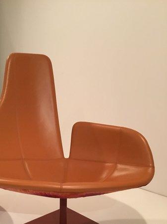 หอศิลป์แห่งชาติวิคตอเรีย: Different level chair.