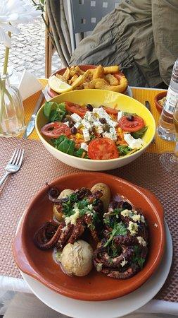 A Nova Estrela: Pulpo a la plancha, ensalada griega y choco frito. Todo con guarnición