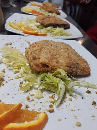 Ristorante Antica Scilla: Portafoglio di pesce spada al profumo d'arancia e granella di pistacchio