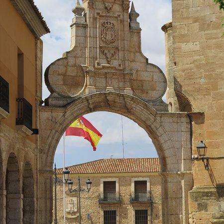 San Clemente, Spain: arco en plaza mayor