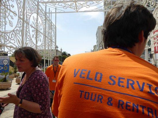 """Tour della città di Bari in risciò: Jeunes hommes en t-shirts """"Service de vélos"""""""