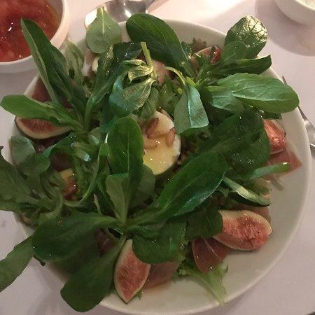 Restaurante com estilo grego. Comida excelente. Essa salada Myk é sensasional