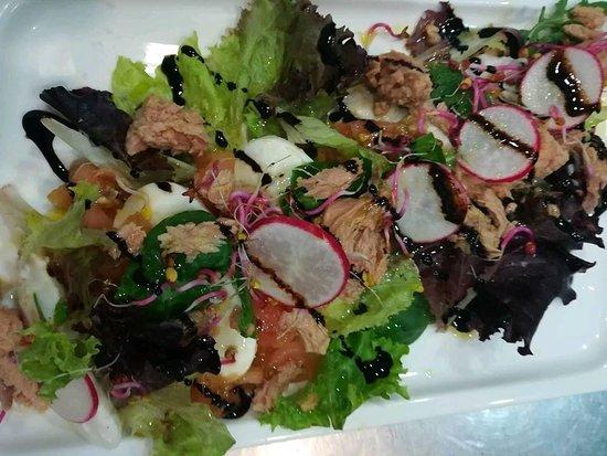 Restaurante El RaCoNeT: Ensalada con tomate , mozarella y albahaca