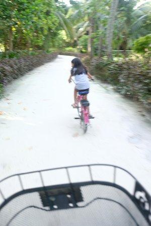 แชงกรีลาส์ วิลลิงกีลี รีสอร์ท แอนด์ สปา: Cycling with my daughter