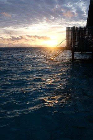แชงกรีลาส์ วิลลิงกีลี รีสอร์ท แอนด์ สปา: Sunset view from Villa 112