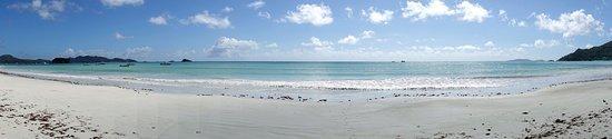 Cote d'Or Footprints Seychelles: Strand im Panoramablick direkt vor der Unterkunft