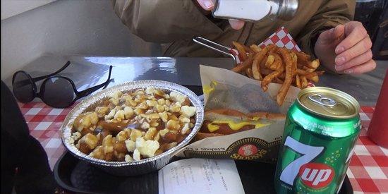 Grande-Vallee, كندا: Bonne poutine, bonne crème molle