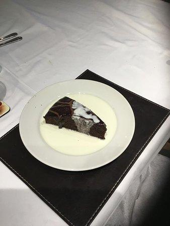 Hot Doggers Cafe : Chocolate fudge cake & Cream