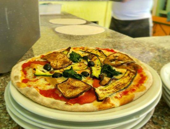 La Pigra Tinca: Pizza cotta nel forno a legna