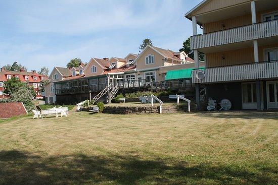 Hotell Smalandsgarden: Blick vom großen Hotelgarten auf das Haus
