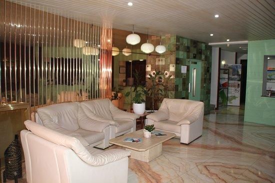 Hotel Marques de Santillana: entrada al hotel y recepcion