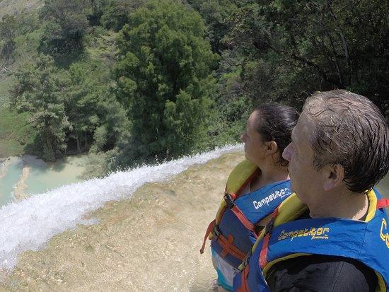 Las 3 Tzimoleras: Frente a la cascada de 40m admirando el paisaje y el vuelo de las golondrinas