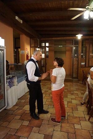 Hotel Village Suvaki: Il Maitre, sempre disponibile a rispondere ai nostri quesiti.