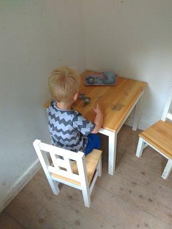 Drewsteignton, UK: Tea Time in the miniature house in the garden.