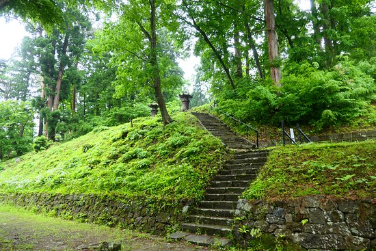 Aizuhanshu Matsudaira Family Grave: 上の方に登り、灯篭近くに行けます。