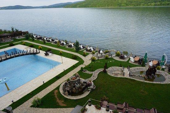 schöner Garten, Pool und Teich jedoch ohne Wasser - Picture of Hotel ...