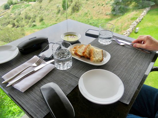 Miradoro Restaurant: A nice standard complementary starter - bread with oil and vinegar dip