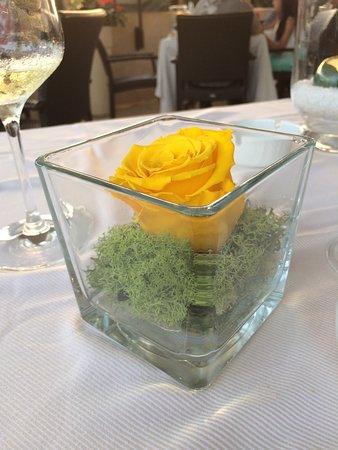 Granet Restaurant & Terraces: Centrotavola con rosa fresca
