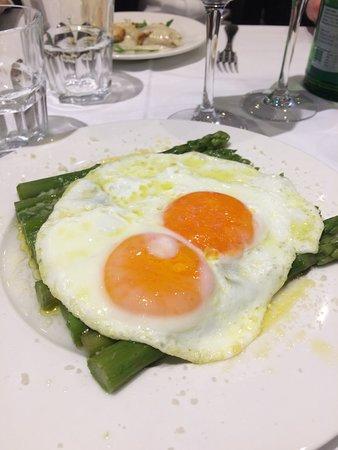 Hostaria Po: Asparagi con uova fritte