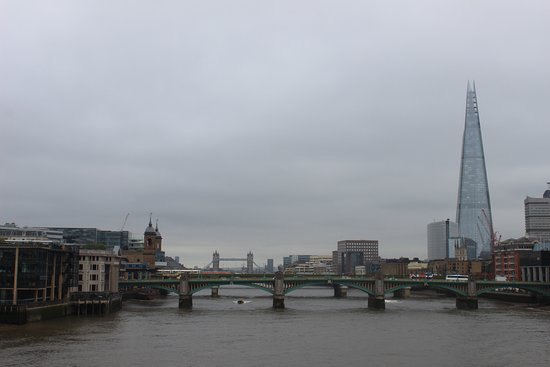 Millennium Bridge: The Shard dan Tower Bridge dilihat dari Millenium Bridge
