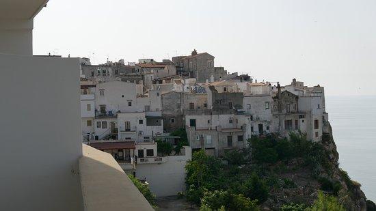 Hotel Peschici : Vue du balcon sur le village