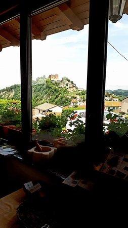 Prunetto, Italy: Vista sul castello dalla veranda.