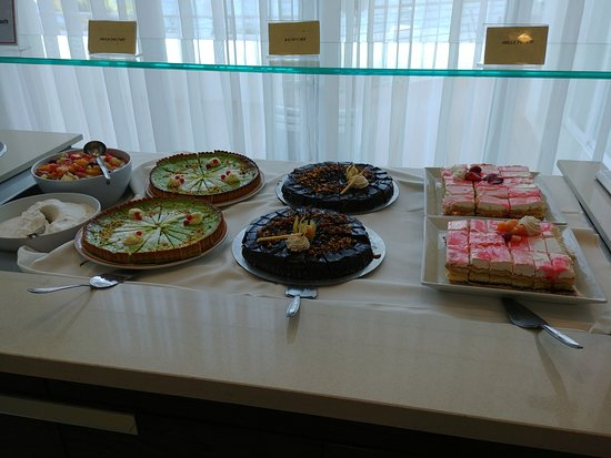 Mellieha Bay Hotel: Lovely cakes every day